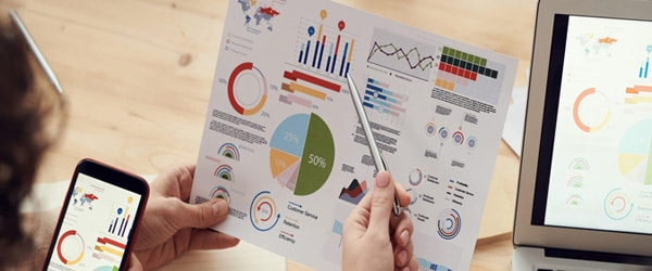 Images of a sales rappresentative that comment a sales report